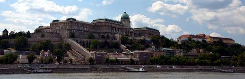 Royal Palace från Danube River i Budapest Arkivbild