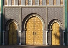 Royal Palace fr?n st?lledes Alaouites med m?ssingsd?rrar i Fes, Marocko royaltyfria foton