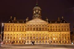 Royal Palace i Amsterdam på natten Arkivbilder