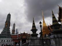 Royal Palace i Bangkok på en regnig dag arkivbild