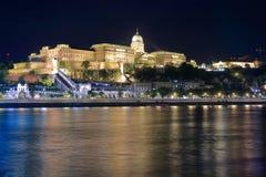 Royal Palace i Budapest i nattbelysningen Arkivfoto