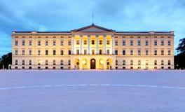 Royal Palace i Oslo på natten, Norge Arkivbild