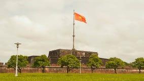 Royal Palace impérial de dynastie de Nguyen en Hue et fkag vietnam image stock