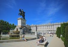 Royal Palace in Madrid in een mooie de lentedag, Spanje Royal Palace bij het Plein del Oriente is Stock Afbeelding