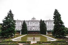 Royal Palace a Madrid ha osservato dai giardini di sabatini fotografie stock