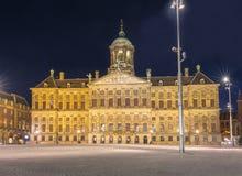 Royal Palace na tamie obciosuje przy nocą, Amsterdam, holandie Zdjęcie Stock