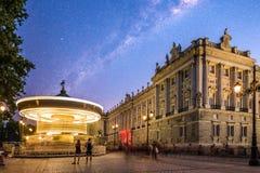 Royal Palace och karusellen i Oriente kvadrerar i Madrid royaltyfri foto