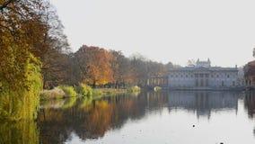 Royal Palace op het Water in Lazienki-Park, Warshau stock videobeelden