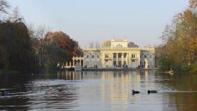 Royal Palace op het Water in Lazienki-Park, Warshau stock footage