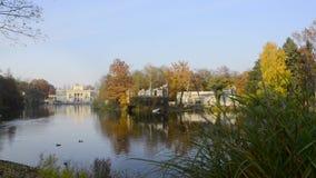 Royal Palace op het Water in Lazienki-Park, Warshau stock video