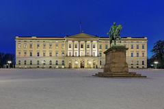 Royal Palace à Oslo dans la nuit, Norvège Image stock