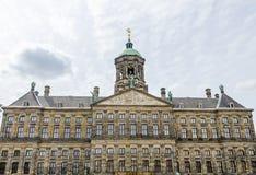 Royal Palace på fördämningen kvadrerar i Amsterdam Arkivfoto