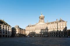 Royal Palace på fördämningen kvadrerar i Amsterdam, Nederländerna Ingen peo Royaltyfri Bild