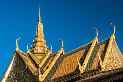 Royal Palace taklägger prydnadgarneringar, Phnom Penh, Cambodja Royaltyfria Bilder