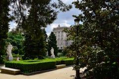 Royal Palace van Madrid door verscheidene van zijn bomen wordt gezien die Royalty-vrije Stock Foto