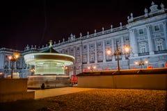 Royal Palace von Madrid mit Karussell lizenzfreies stockbild