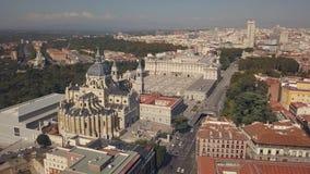 Royal Palace von Madrid und von Kathedrale de la Almudena stock video footage