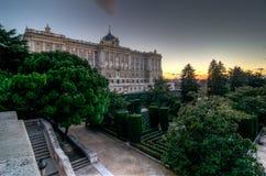 Royal Palace von Madrid und von seinem Garten stockbilder