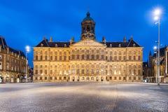 Royal Palace w tamie obciosuje przy Amsterdam, holandie Grobelny sq Zdjęcia Stock