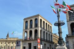 Royal Palace, XIX eeuwmuseum en vlaggestok met vlaggen op het stock fotografie