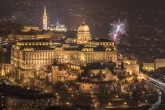Royal Palace y fuegos artificiales en la noche en Budapest, Hungría Imágenes de archivo libres de regalías