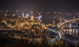 Royal Palace y fuegos artificiales en la noche en Budapest, Hungría Fotos de archivo libres de regalías