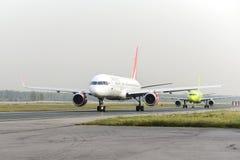 RoyalFlight Boeing 757 que taxiing Imagens de Stock