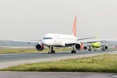 RoyalFlight Boeing 757 som åker taxi Arkivbilder