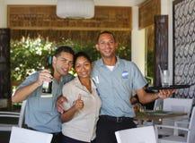 Royalton渡假胜地和娱乐场的未认出的餐馆雇员在蓬塔Cana 免版税库存图片