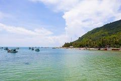 Royalty hoog - beeld van de kwaliteits het vrije voorraad van boten bij Nha-strand op Zoonseiland, Kien Giang, Vietnam Dichtbij h stock foto's