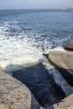 Rozładowanie brudny przemysłowy wastewater w morze Truć rekreacyjny teren rozszerzaniem się choroba, zniszczenie flora i fotografia stock