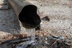 Rozładowanie substancja toksyczna lub zanieczyszczona woda w jezioro lub rzekę zdjęcia stock