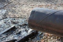Rozładowanie substancja toksyczna lub zanieczyszczona woda w jezioro lub rzekę fotografia stock