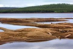 Rozładowanie woda od energii wodnej, rzeczny dno wystawiał zdjęcie stock