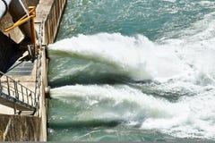 Rozładowanie woda od tamy w Alps zdjęcie stock