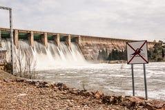 Rozładowanie woda w bagnie Orellana Hiszpania obrazy stock