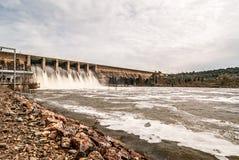 Rozładowanie woda w bagnie Orellana Hiszpania fotografia stock