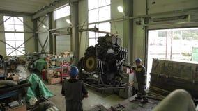 Rozładowywać ciężki silnik zbiory