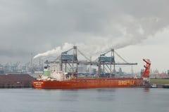 Rozładowywać ogromnego statek Fotografia Royalty Free