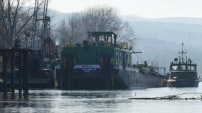 Rozładunkowy ładunku statek na rzecznym Danube, opróżnia wiadro zdjęcie wideo