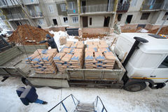 Rozładunkowy cement od ciężarówki budowa Zdjęcie Royalty Free