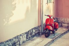 ROZŁAM CHORWACJA, LIPIEC, - 09, 2017: Rocznik hulajnoga parkująca blisko budynek ściany - Rozszczepia, Chorwacja Obraz Stock