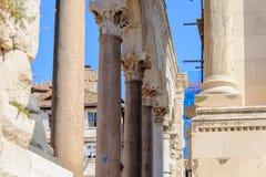 Rozłam, Chorwacja perystylu kolumnada zdjęcie royalty free