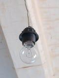 Rozżarzenie lampa na białym podsufitowym tle Obraz Stock