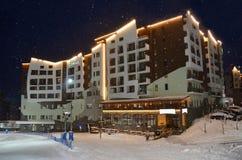Roza Khutor Sochi, Ryssland, Januari, 25, 2018 Rosa Plateau Balneo-hotell Rosa Springs 4* på Rosa Khutor i tungt snöfall in Arkivbilder