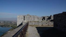 """Rozafa slott, slott nära stad av Shkodà """"r i Albanien Väggar moské, fördärvar och fästningen arkivfilmer"""