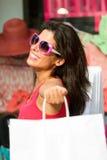 Rozanielony kobieta zakupy w sprzedażach obrazy stock