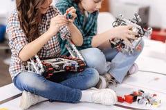 Rozbaweni dzieci buduje gadżety i przyrząda w domu obraz stock