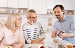 Rozbawiony dorośleć mężczyzna cieszy się rodzinnego weekend w domu Obrazy Royalty Free