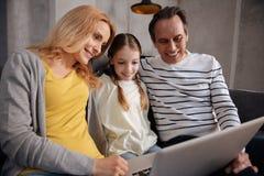 Rozbawiony rodzinny używa laptop w domu fotografia royalty free
